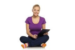Donna con il computer della compressa Fotografia Stock