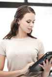Donna con il computer o il touchpad del pc della compressa Fotografia Stock Libera da Diritti