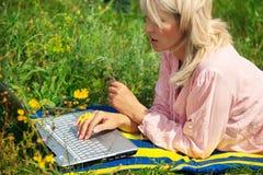 Donna con il computer portatile Immagini Stock