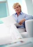 Donna con il computer portatile Fotografie Stock Libere da Diritti