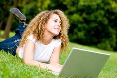 Donna con il computer portatile Immagine Stock