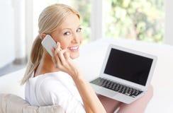 Donna con il computer portatile Immagini Stock Libere da Diritti