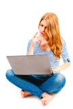 Donna con il computer portatile che si siede sul fondo bianco Immagine Stock Libera da Diritti