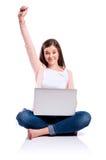 Donna con il computer portatile che si siede sul pavimento, colpo dello studio, isolato Immagine Stock Libera da Diritti
