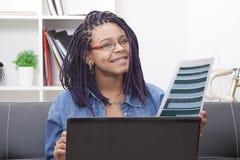 Donna con il computer portatile del computer Fotografia Stock