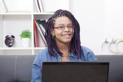 Donna con il computer portatile del computer Fotografie Stock