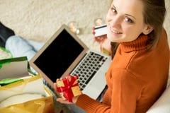 Donna con il computer portatile e la carta di credito immagine stock
