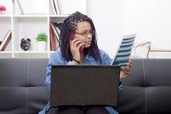 Donna con il computer portatile ed il cellulare Fotografie Stock