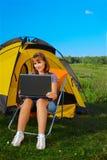 Donna con il computer portatile esterno Fotografia Stock