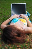 Donna con il computer portatile nella sosta Fotografia Stock