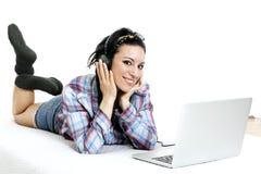Donna con il computer portatile sullo strato bianco nel suo letto Fotografia Stock Libera da Diritti