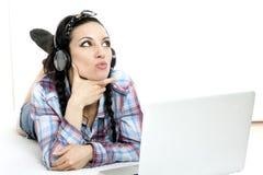 Donna con il computer portatile sullo strato bianco nel suo letto Immagini Stock Libere da Diritti