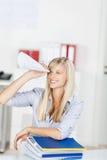 Donna con il cono di carta Fotografia Stock