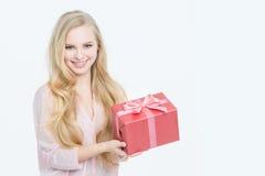 Donna con il contenitore di regalo Immagine Stock Libera da Diritti
