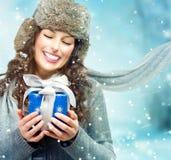 Donna con il contenitore di regalo di Natale Fotografia Stock