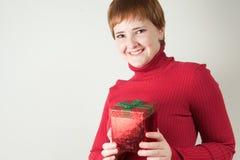 Donna con il contenitore di regalo rosso immagini stock