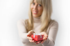 Donna con il contenitore di regalo rosso immagini stock libere da diritti