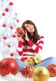 Donna con il contenitore di regalo vicino all'albero di Natale Fotografia Stock