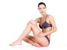 Donna con il corpo di salute e le gambe esili lunghe Fotografia Stock Libera da Diritti