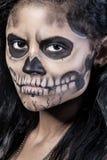 Donna con il cranio della mascherina. Arte del fronte di Halloween Fotografia Stock Libera da Diritti