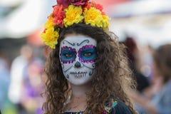 Donna con il cranio dello zucchero Fotografia Stock