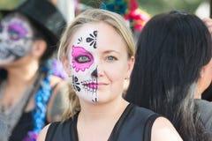 Donna con il cranio dello zucchero Fotografie Stock