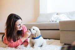 Donna con il cucciolo Fotografia Stock