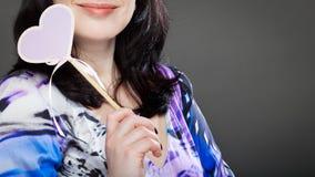 Donna con il cuore dei biglietti di S. Valentino Fotografia Stock Libera da Diritti
