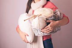 Donna con il cuscino Fotografia Stock Libera da Diritti