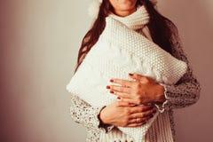 Donna con il cuscino Immagine Stock