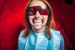 Donna con il dente-supporto che imbianca i denti Fotografie Stock