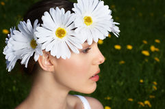 Donna con il diadem del fiore fotografia stock libera da diritti