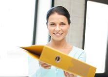 Donna con il dispositivo di piegatura Fotografie Stock Libere da Diritti