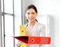 Donna con il dispositivo di piegatura Immagine Stock
