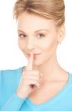 Donna con il dito sulle sue labbra Fotografia Stock Libera da Diritti