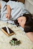 Donna con il dolce dolce Fotografie Stock Libere da Diritti