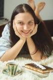 Donna con il dolce dolce Fotografia Stock Libera da Diritti