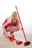 Donna con il dustpan e la scopa Fotografia Stock