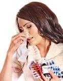 Donna con il fazzoletto che ha i ridurre in pani e pillole. Immagini Stock Libere da Diritti