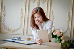 Donna con il film di sorveglianza di spavento del computer portatile Immagine Stock Libera da Diritti