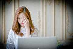 Donna con il film horror di sorveglianza del computer portatile Immagini Stock Libere da Diritti