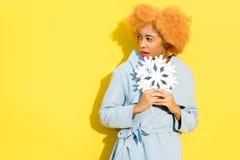 Donna con il fiocco di neve sui precedenti gialli Fotografia Stock