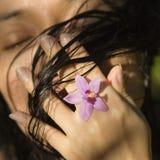 Donna con il fiore. Immagini Stock