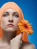Donna con il fiore. Fotografia Stock