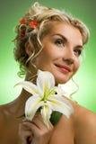 Donna con il fiore del giglio immagini stock