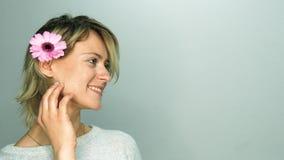 Donna con il fiore dentellare archivi video