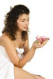 Donna con il fiore durante la stazione termale fotografia stock libera da diritti