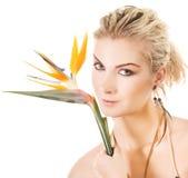 Donna con il fiore esotico Immagine Stock