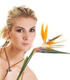 Donna con il fiore esotico Fotografia Stock