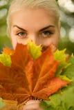 Donna con il foglio dorato di autunno immagini stock